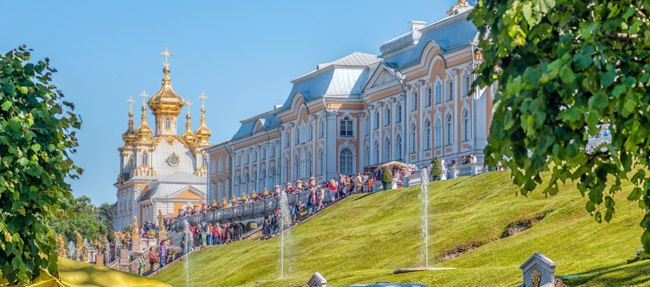 Россия. Санкт-Петербург. Большой Петергофскийдворец. King's palace and fountain grand cascade, Peterhof, St. Petersburg. Russia. Фото artfotoss - Depositphotos