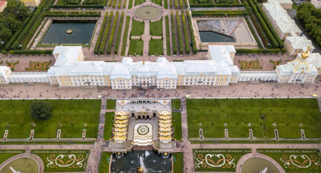 Санкт-Петербург. Петергоф. Aerial of Peterhof Castle, with the gardens and water fountains with the water canals behind it. Фото pozdeevvs.gmail.com - Depositphotos