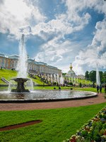 Россия. Санкт-Петербург. Петергоф. Фонтаны Чаши в Нижнем парке. View of the Peterhof Palace and Gardens, Russia. Фото Sergieiev - Depositphotos