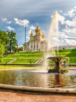 Россия. Санкт-Петербург. Петергоф. Фонтаны Чаши в Нижнем парке. View of the Peterhof Palace and Gardens, Russia. Фото marcorubino - Depositphotos