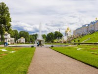 Россия. Санкт-Петербург. Петергоф. Фонтаны Чаши в Нижнем парке. Peterhof Lower park and fountains, Saint Petersburg, Russia. Фото deb-37 - Depositphotos