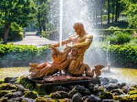СПб. Петергоф. Нижний парк. Фонтан Тритон. Greenhouse fountain Triton. Peterhof Lower park and fountains, Saint Petersburg. Фото yulenochekk - Depositphotos
