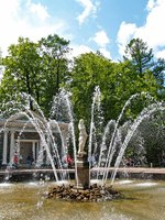 Россия. Санкт-Петербург. Петергоф. Фонтан Ева в Нижнем парке. Marly Avenue Eva Fountain Lower Park Peterhof. Фото vodolej - Depositphotos