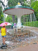 Санкт-Петербург. Петергоф. Фонтан шутиха Зонтик. The girl about the Umbrella fountain cracker in Nizhny park. Фото vodolej - Depositphotos