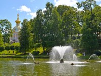 Санкт-Петрбург. Петергоф. Фонтан Китовый. The fountain  in the garden of Lower Park in Peterhof, Saint Petersburg, Russia. Фото vodolej - Depositphotos
