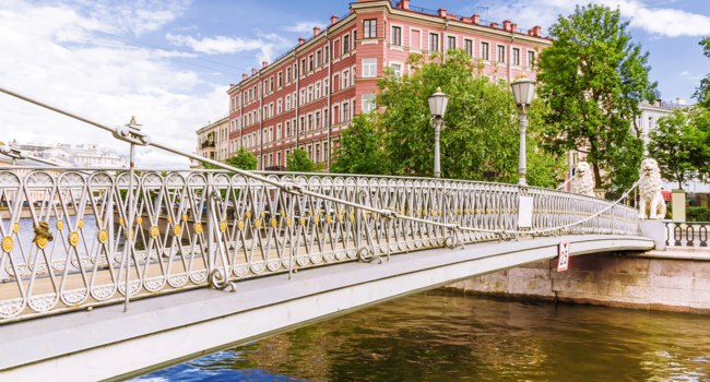 Россия. Санкт-Петербург. Канал Грибоедова. Львиный мостик. GThe Lion's Bridge through Griboyedov Canal. St. Petersburg. Russia. Фото deb-37-Depositphotos