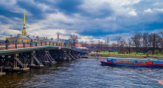 Россия. Санкт-Петербург. Иоанновский мост Петропавловской крепости. The Ioanovsky Bridge. St. Petersburg. Russia. Фото pxhidalgo - Depositphotos