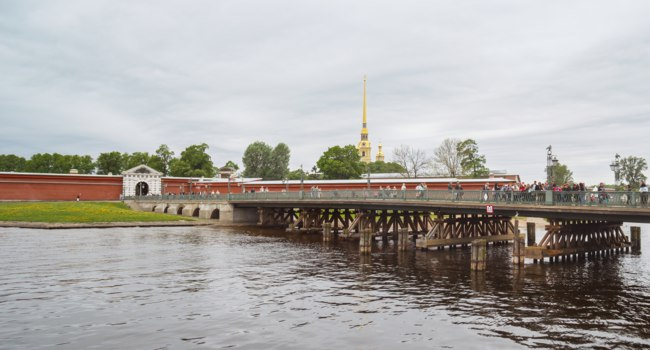 Россия. Санкт-Петербург. Иоанновский мост Петропавловской крепости. The Ioanovsky Bridge. St. Petersburg. Russia. Фото TischenkoPhoto - Depositphotos