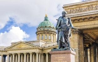 Россия. Санкт-Петербург. Казанский собор. Monument to Barclay de Tolly on the background of the Kazan Cathedral in St. Petersburg. Фото deb-37-Depositphotos