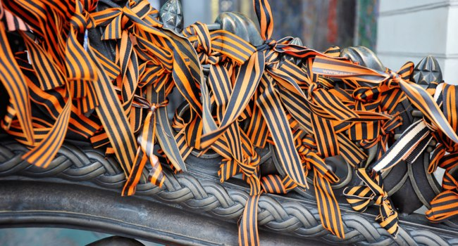 Россия. Город-герой Ленинград. St. George ribbons tied to the iron fence. Фото forden - Depositphotos