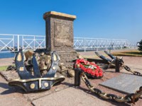 Россия. Город-герой Ленинград. Monument on the site of the amphibious assault of the Baltic fleet in Peterhof harbor in 1941. Фото blinow61 - Depositphotos