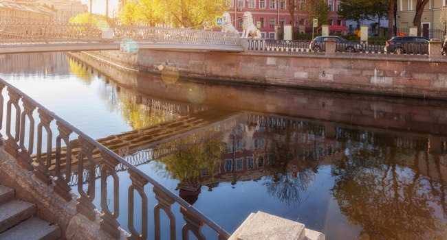 Россия. Санкт-Петербург. Львиный мостик на канале Грибоедова. The Lion's Bridge through Griboyedov Canal. St. Petersburg. Russia. Фото paanna-Depositphotos