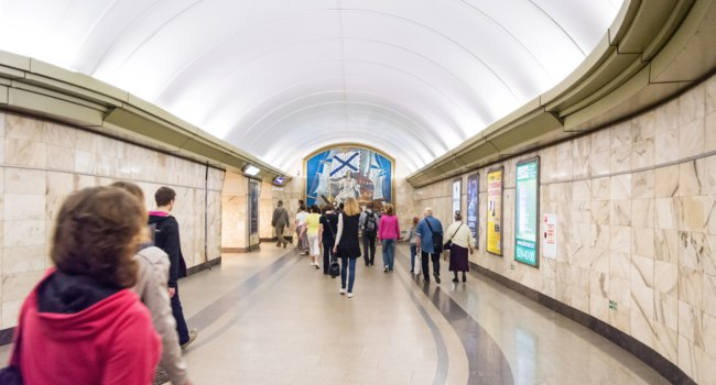 Петербургский метрополитен. Переход на ст.Адмиралтейская. Passengers go through a transition of the subway st.Admiralteiskaya,St. Petersburg.Фото Sergieiev-D