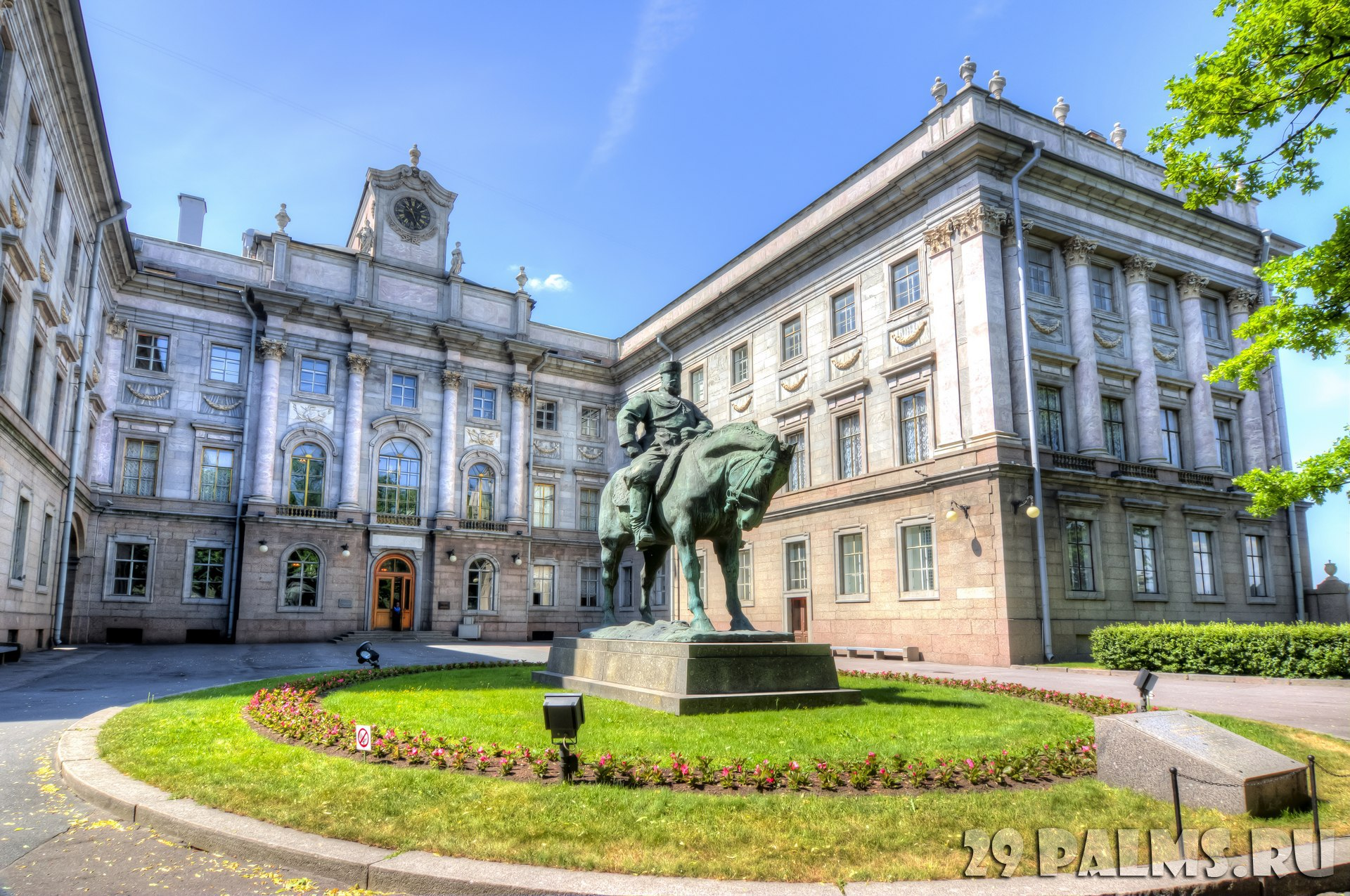 Россия. Санкт-Петербург. Мраморный дворец. Monument to Alexander III in front of the Marble Palace, St. Petersburg, Russia. Фото mistervlad - Depositphotos