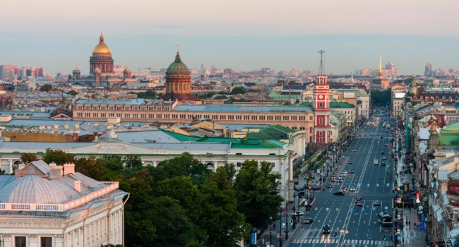 Россия. Санкт-Петербург. Невский проспект. Nevsky Prospekt morning without cars in St.Petersburg. On the horizon St. Isaacs Cathedral and Kazan Cathedral