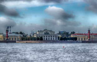 Россия. Санкт-Петербург. View centre St. Petersburg Neva river spit Vasilievsky island Rostral columns exchange building Russia. Фото SergeyS - Depositphotos