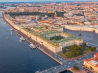 Россия. Санкт-Петербург. Aerial view of Palace Square Hermitage Winter Palace and embankment of the Neva River in the evening. Фото aapsky - Depositphotos
