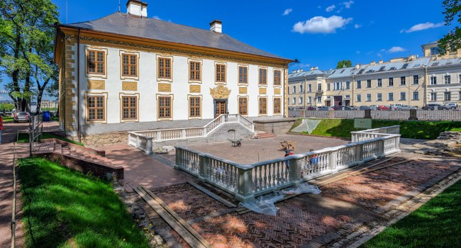 Летний дворец Петра I. Built for Peter the Great by Domenico Trezzini in 1714, the two-storey Summer Palace is the oldest stone building in the city. Фото Igor-SPb-Deposit