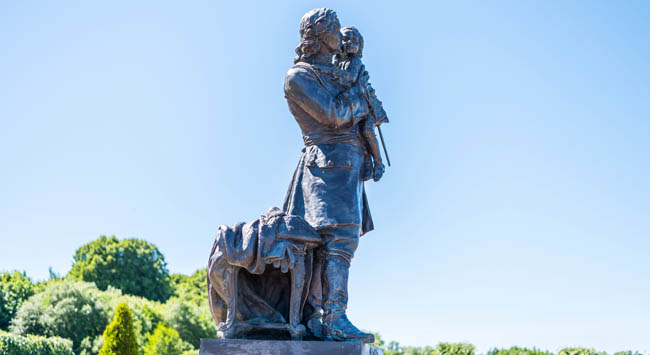 Петергоф. Tsar Peter the Great statue located at the Peterhof gardens, the summer palce of the Peter the great in Saint Petersburg. Фото 1457804940 - Depositphotos