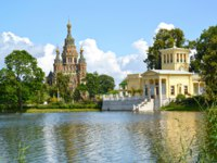 Петергоф. Ольгин пруд. A view of a cathedral of Saints Pyotr and Pavel and Tsaritsyn the pavilion on the bank of Holguin of a pond. Фото vodolej - Depositphotos
