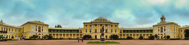 Летняя панорама Павловского дворца со статуей императора Павла. Summer panorama of the Pavlovsk palace with a statue of emperor Pavel in St.-Petersburg