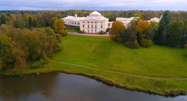 Гос.музей-заповедник Павловск. View of Pavlovsk Palace on an overcast September day (aerial photography). Neighborhood of St. Petersburg. Фото sikaraha-Dep