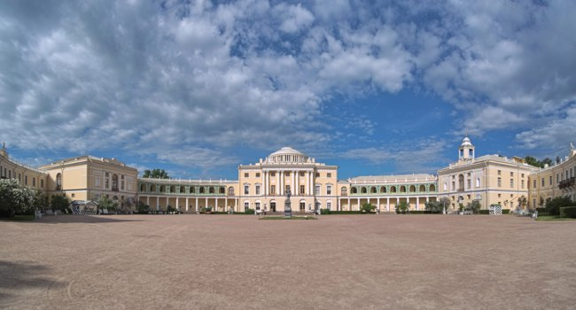 Государственный музей-заповедник Павловск. Panoramic view of Pavlovsk Palace, Saint Petersburg, Russia. Фото markovskiy - Depositphotos