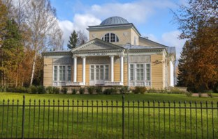Государственный музей-заповедник Павловск. Розовый павильон. Picturesque pavilions in Pavlovsk Park, Saint Petersburg. Фото irisphoto11 - Depositphotos