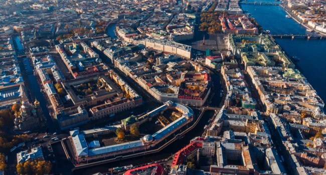 Россия. Санкт-Петербург. Канал Грибоедова. Bird-eye view, crossing streets and canals, Neva river bridges of St. Petersburg. Фото ParStud - Depositphotos
