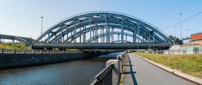 Россия. Санкт-Петербург. Американские мосты. Train American bridges over Obvodny canal in St. Petersburg. Russia. Фото Elen_777 - Depositphotos