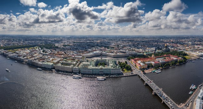 Aerial panorama of Saint Petersburg, Russia, the Hermitage museum, Winter Palace, Palace Square, Alexander column. Фото VladimirDrozdin - Depositphotos