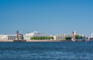 Россия. Санкт-Петербург. View centre St. Petersburg Neva river spit Vasilievsky island Rostral columns exchange building Russia. Фото aleksis15@yandex.ru - Depositph