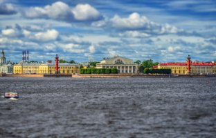 Россия. Санкт-Петербург. View centre St. Petersburg Neva river spit Vasilievsky island Rostral columns exchange building Russia. Фото Stan_pit - Depositphotos