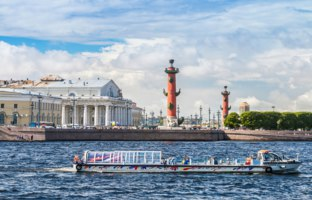 Россия. Санкт-Петербург. View centre St. Petersburg Neva river spit Vasilievsky island Rostral columns exchange building Russia. Фото doroshin - Depositphotos