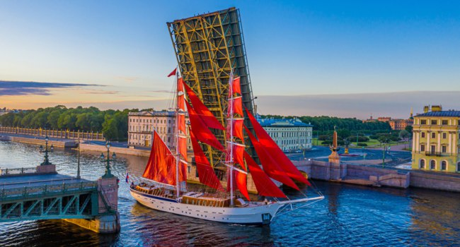 Россия. Санкт-Петербург. Праздник Алые паруса. Troitsky bridge in Petersburg. Scarlet Sails. White Nights in St. Petersburg. Фото GrinPhoto - Depositphotos