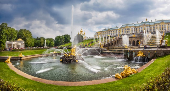 Россия. Пригороды Санкт-Петербурга. Петергоф. Samson and the Lion fountain in Peterhof. Фото yulenochekk - Depositphotos