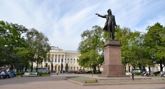 Monument to Alexander Pushkin timelapse hyperlapse on Ploshchad Iskusstv (Arts Square) in front of the Russian Museum (Mikhailovsky Palace) in St.-Petersburg, RussФ