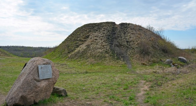 Россия. Ленинградская область. Старая Ладога. Burial mound- the place, as a legend says, where is the Prophetic Oleg funeral. Фото LehaKoK - Depositphotos