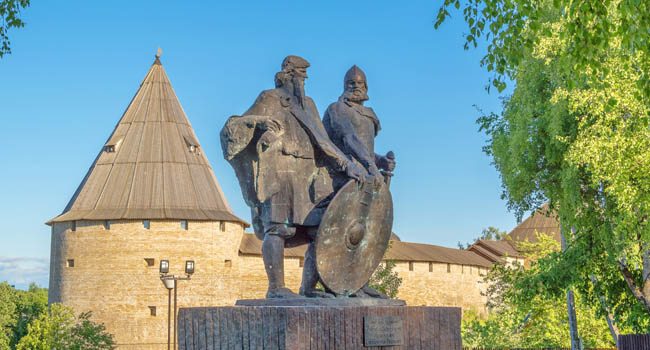 Россия. Ленинградская область. Monument in Staraya Ladoga to princes Rurik and Oleg, who are founders of the Russian state Staraya Ladoga. Фото IrinaDance-Deposit
