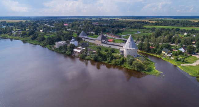 Россия. Ленинградская область. Старая Ладога. Aerial view on the Staraya Ladoga fortress and the Volkhov River, Russia. Фото Kokhanchikov - Depositphotos