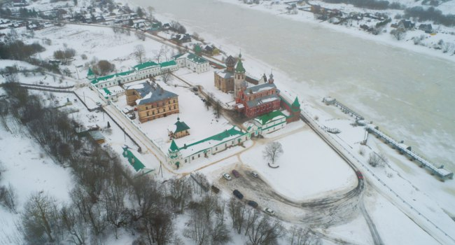 Старая Ладога. The ancient Staroladozhsky St. Nikolsky monastery in a winter landscape on a cloudy February day (aerial). Staraya Ladoga. Фото sikaraha-Deposit