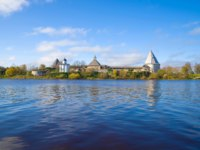 Россия. Ленинградская область. Старая Ладога. Panorama of the Volkhov River with a view of the Old Ladoga fortress. Russia. Фото sikaraha - Depositphotos