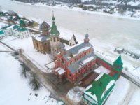 Россия. Ленинградская область. Старая Ладога. Over the ancient temples of the Old Ladoga Nikolsky Monastery. Staraya Ladoga, Russia. Фото sikaraha-Depositphotos