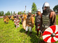 Старая Ладога. Unidentified participants during of international historical festival of medieval culture Ladogafest on Staraya Ladoga. Фото dimaberkut-Depositphoto