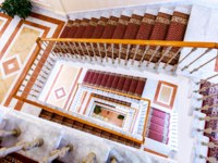 ГК Дворец конгрессов в Стрельне. Staircase with tracery railing and carpet in the Konstantinovsky (Congress) Palace in Strelna. Фото blinow61 - Depositphotos