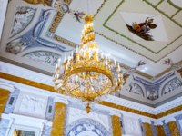 ГК Дворец конгрессов в Стрельне. Big chandelier in the Marble Hall of Konstantinovsky (Congress) Palace in Strelna. Фото blinow61 - Depositphotos