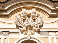 ГК Дворец конгрессов в Стрельне. Double-headed Russian eagle on the facade of the Konstantinovsky Palace in Strelna. Фото blinow61 - Depositphotos