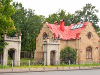 Пригороды Санкт-Петербурга. Стрельна. The gatekeeper house in Orel Park in Strelna near St.Petersburg, Russia. Фото konstsem - Depositphotos