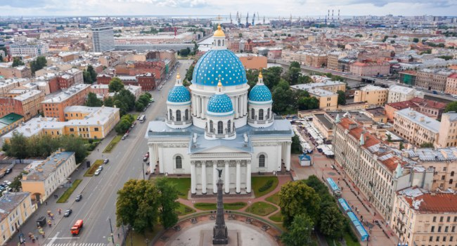 Россия. Санкт-Петербург. Троицкий собор. The famous Trinity Cathedral. Staint-Petersburg, Russia. Фото aapsky - Depositphotos