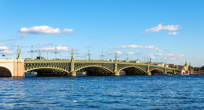 Клуб Павла Аксенова. Россия. Санкт-Петербург. Панорама Троицкого моста. View of Trinity Bridge in St Petersburg. Russia. Фото L_Andronov-Depositphotos